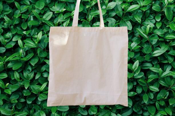 Leere weiße Mockup Leinen Baumwolle Einkaufstasche auf grünen Bush Bäume Laub Hintergrund. Eco Nature-freundlichen Stil. Umweltschutz Recycling-Konzept. Vorlage für Artwork Text. Japanisch – Foto
