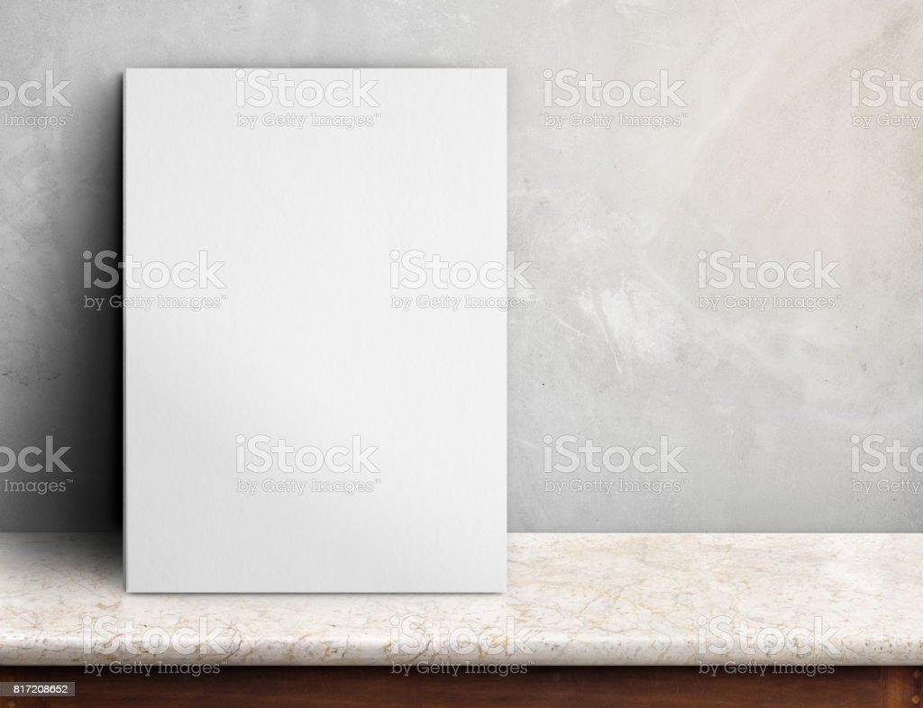 Photo de stock de affiche papier blanc vierge sur table de marbre