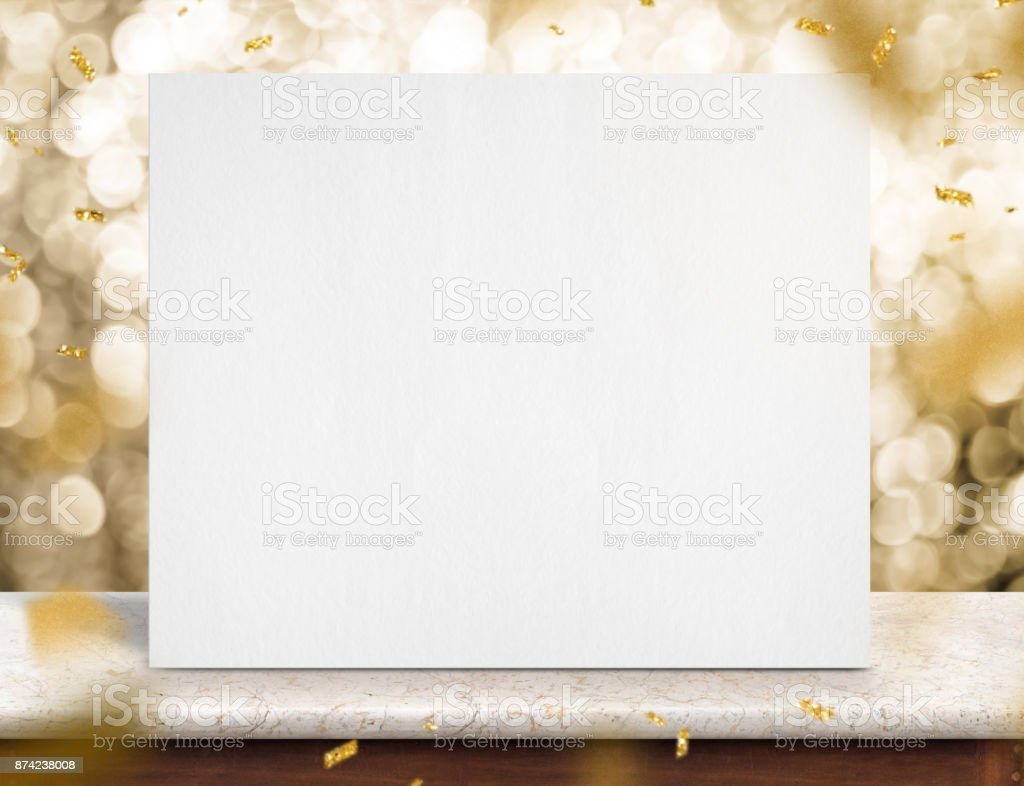 Affiche papier blanc vierge sur table de marbre avec or confettis mousseux au bokeh or tricolore à fond, maquettes modèle pour l'ajout de texte ou contenu design, vacances concept célèbrer - Photo