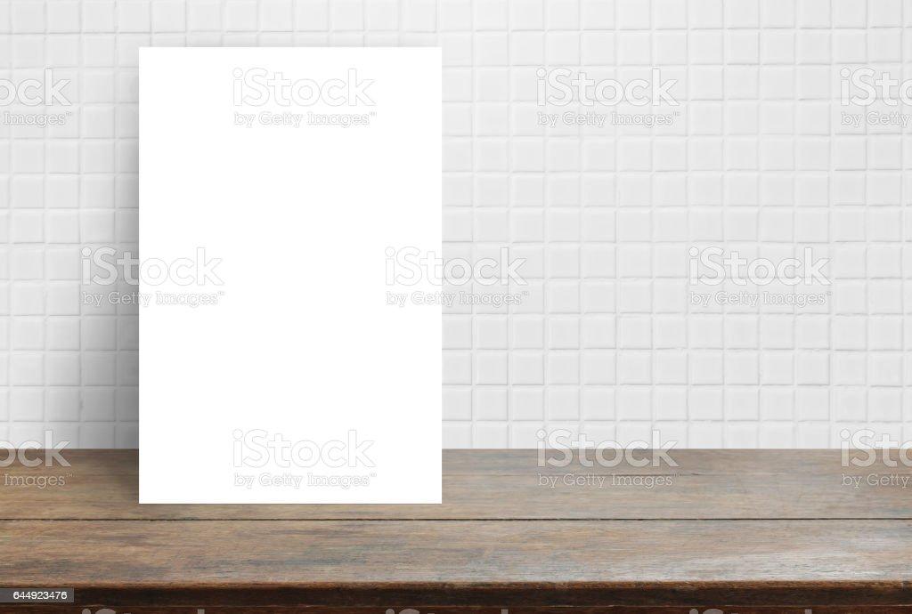 Leeres Weisses Papier Plakat Auf Holz Tischplatte An Weissen Fliesen