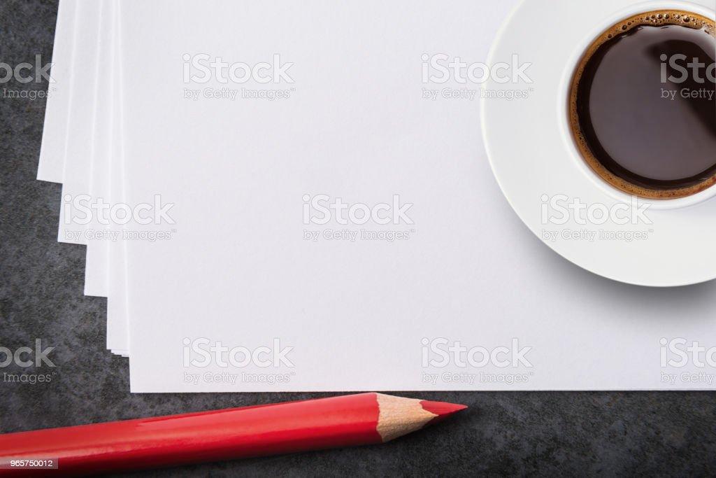 Lege witte vellen. rood potlood en een kopje koffie. - Royalty-free Bedrijfsleven Stockfoto