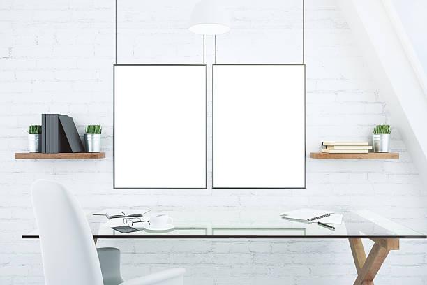 leeren weißen bilderrahmen auf ziegelwand - glasmalerei stock-fotos und bilder