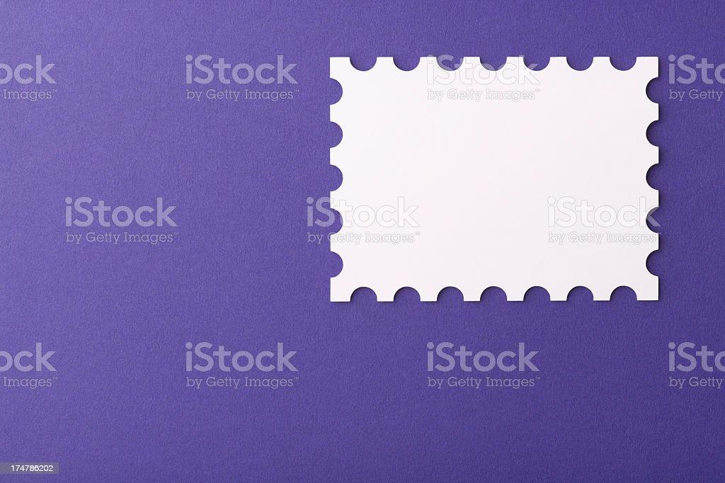 Leere Weiße Briefmarke Form Auf Lila Briefumschlag Stock Fotografie