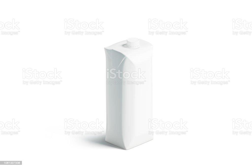 Pacote de suco em branco prisma branco com maquete de tampa, carrinho isolado - foto de acervo