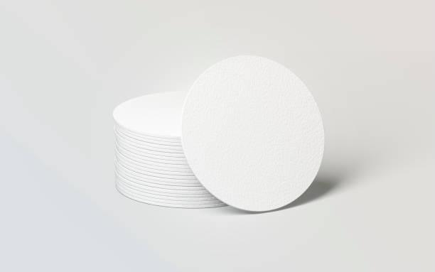leere weiße runde bierdeckel stapeln mock-up - untersetzer stock-fotos und bilder
