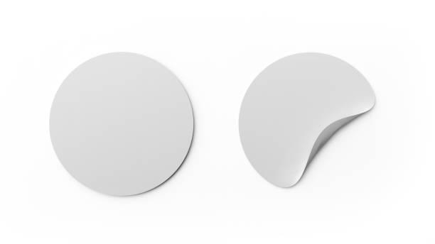 leere weiße runde sticker oder tag-vorlage isoliert auf weißem hintergrund. mock-up design. 3d abstrakte darstellung. leerer kreis etiketten. - aufkleber stock-fotos und bilder