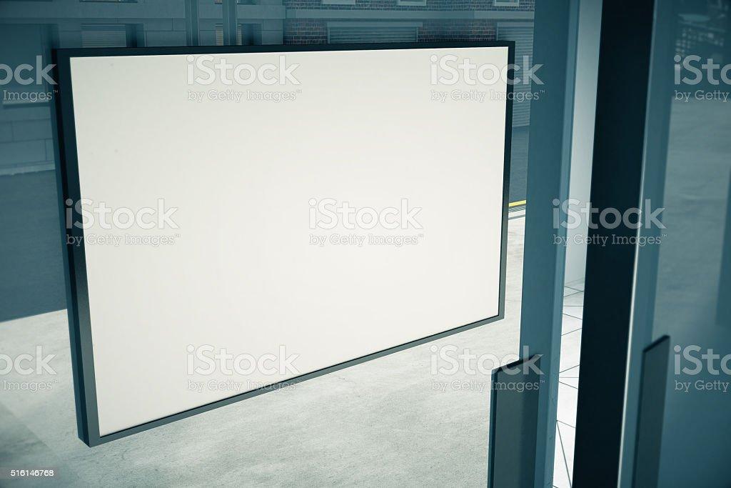 Leere weiße Schild über glasklarer Tür des Gebäudes, Mock bis – Foto