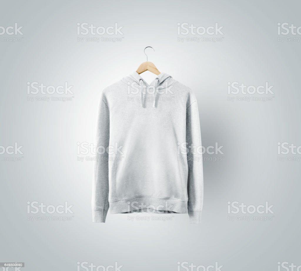 Maqueta en blanco sweatchirt blanco colgar en percha madera - foto de stock