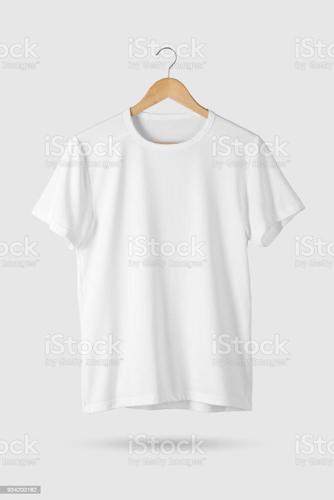 Maqueta de camiseta blanca en blanco en suspensión de madera, vista frontal. - foto de stock