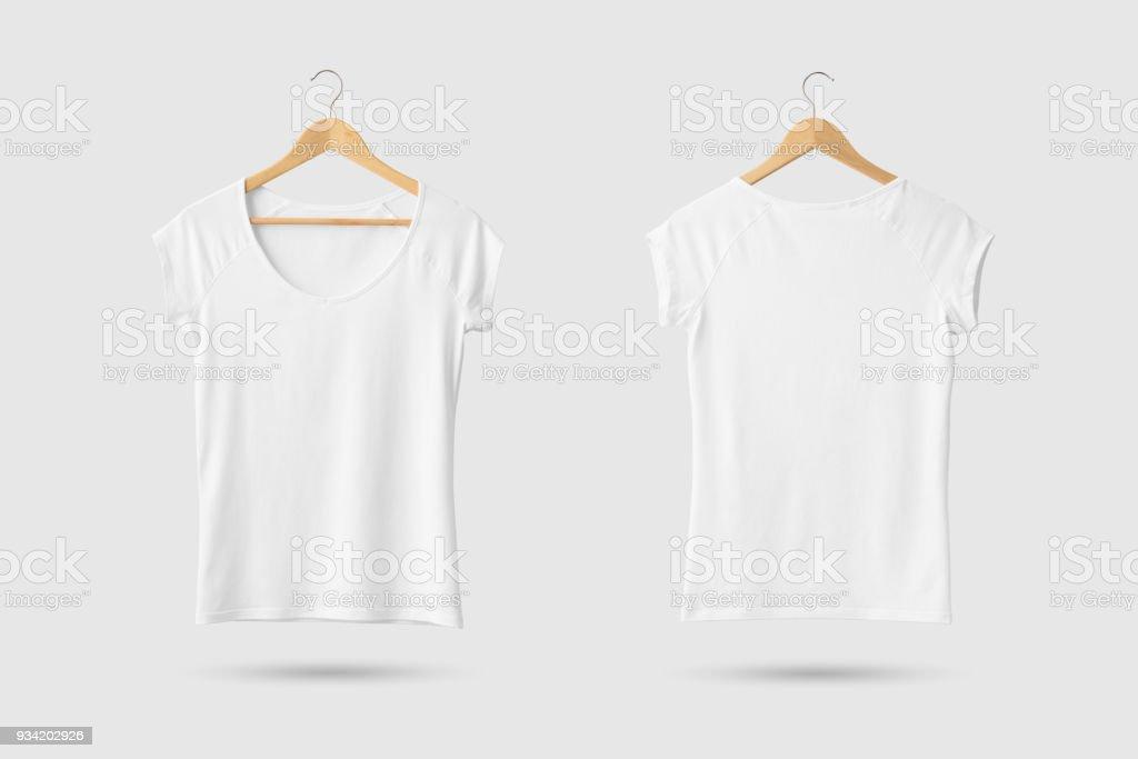 Espacio en blanco camiseta maqueta de la mujer de blanco sobre suspensión de madera, frente y parte posterior vista lateral. - foto de stock
