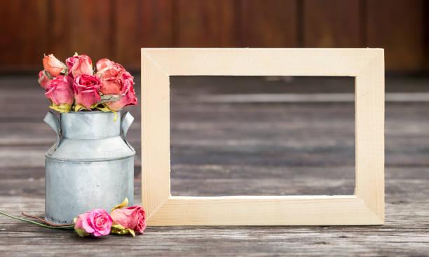 leere holzrahmen mit rosa papier in zinn topf - zinn hochzeit stock-fotos und bilder