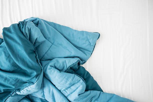 blanket on bed - deken stockfoto's en -beelden