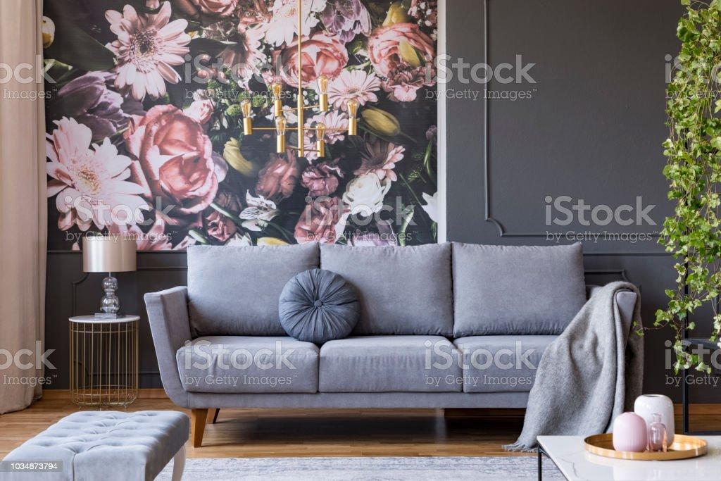 Decke Auf Graue Couch Im Wohnzimmer Interieur Mit Blumen ...