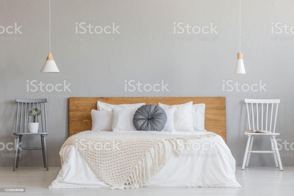 Decke Auf Hölzernen Bett Zwischen Stühlen In Grau ...