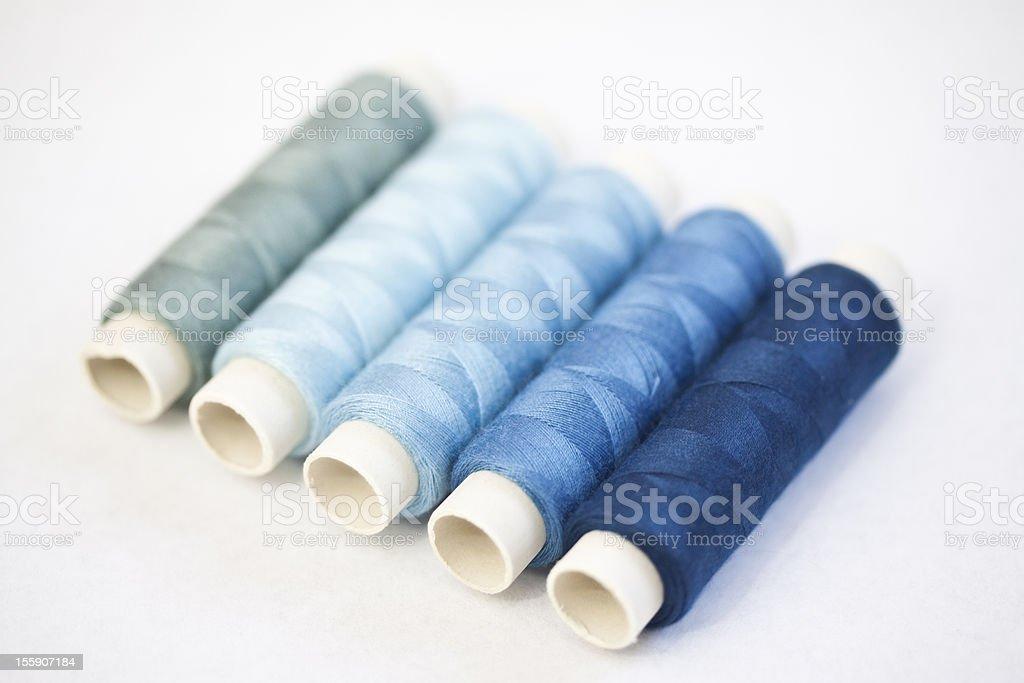 Blaues Nähgarn stock photo