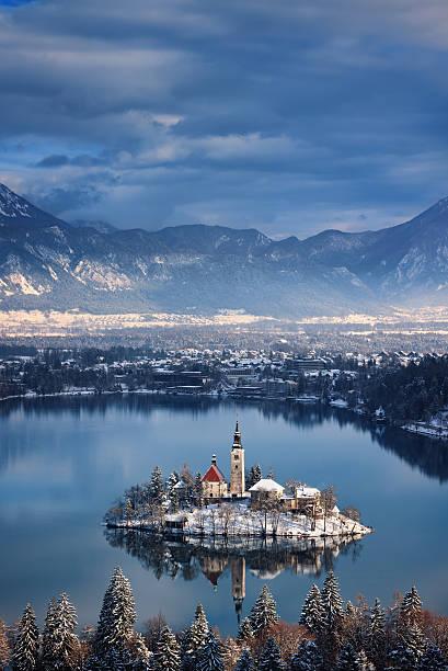 bled island - slovénie photos et images de collection