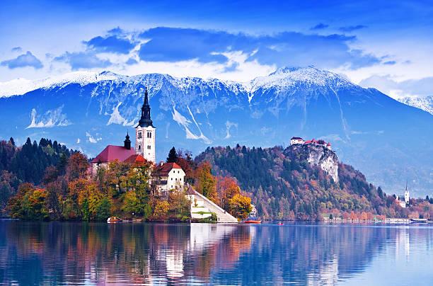 lac bled, island - slovénie photos et images de collection