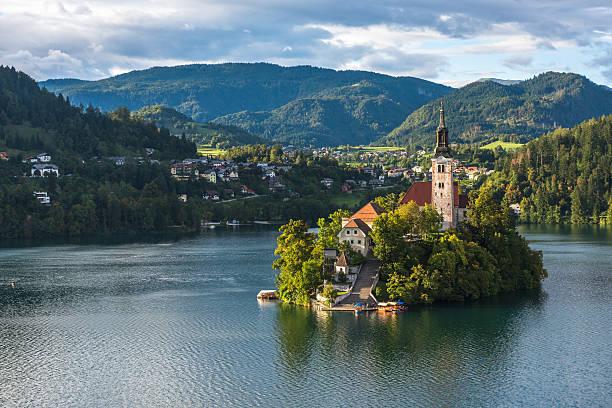 bled lake, slovenia, with the assumption of mary church - ferragosto foto e immagini stock