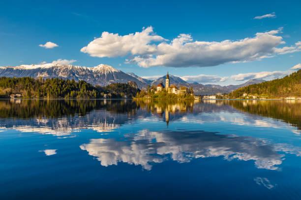 lac de bled, île, église, montagne-slovénie - slovénie photos et images de collection
