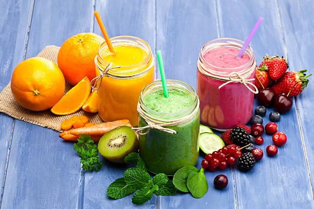 blended fruit smoothies - einmachglassmoothie stock-fotos und bilder