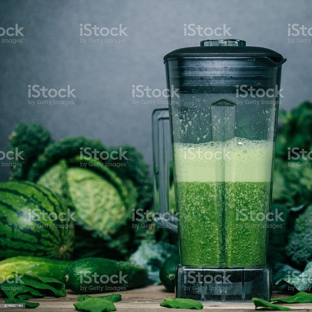 Mélange vert smoothie avec des ingrédients sur table en bois - Photo