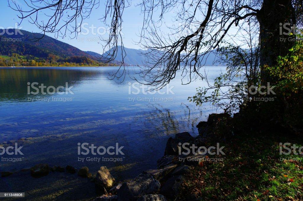 Blick vom Seeufer in die Berge stock photo