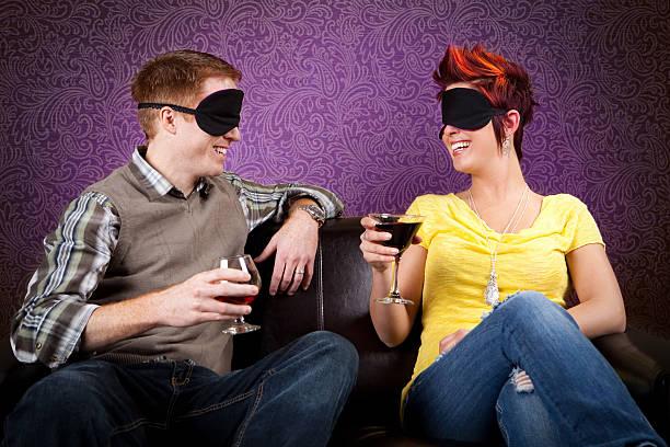 rendezvous mit unbekannten - lustige trinkspiele stock-fotos und bilder