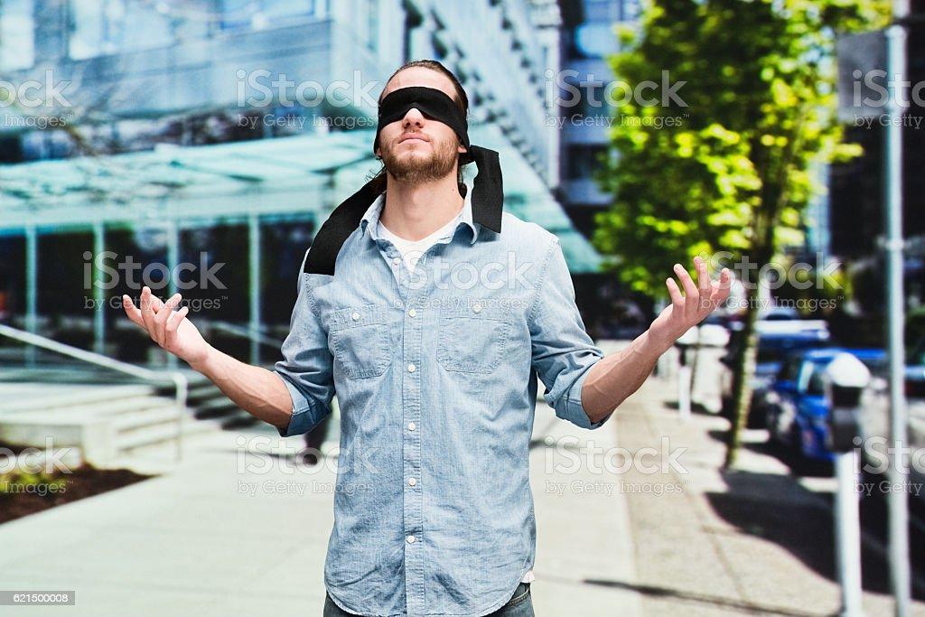 Bandeau sur les yeux homme à la recherche en plein air photo libre de droits