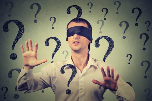 多くの疑問符を歩くを腕を伸ばして目隠し男 - 目隠し ストックフォトと画像