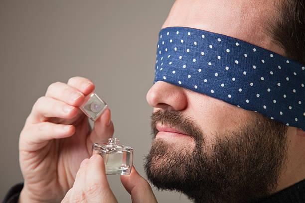 Blinfolded Mann riechen eine Parfüm – Foto