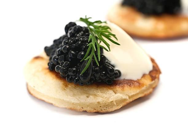 blinis con caviar - caviar fotografías e imágenes de stock