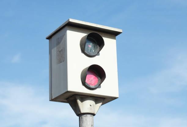 blitzanlage, geschwindigkeitskontrolle, verkehrsüberwachung - geschwindigkeitskontrolle stock-fotos und bilder