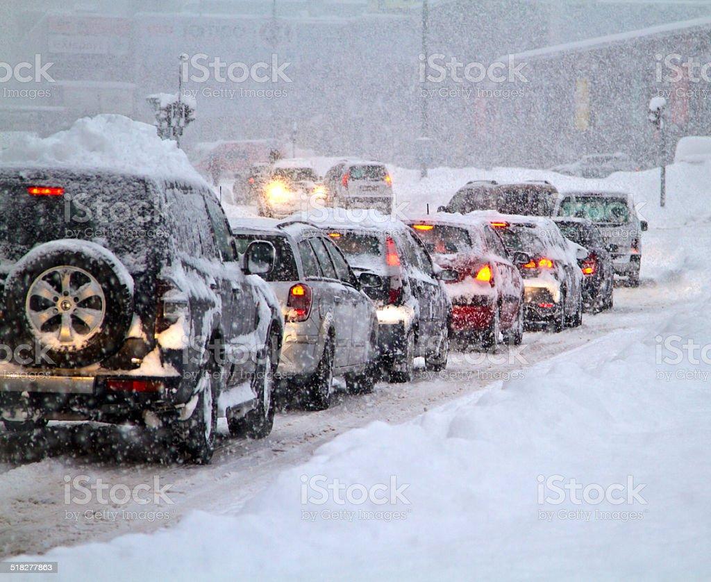 Schneesturm auf der Straße. – Foto