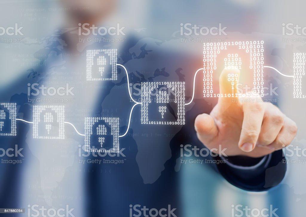 Concepto de tecnología financiera de cryptocurrency de blockchain con los bloques de código binario, fintech - foto de stock