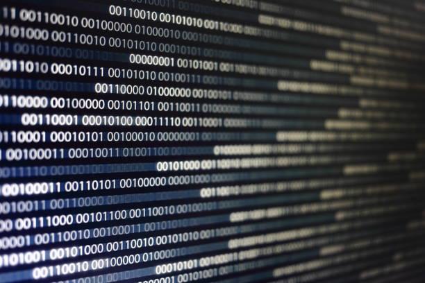 blöcke von binärdaten. blockchain konzept. blauer hintergrund mit computer digital binär-code bit nummer eins und null text. selektiven fokus am entfernten ende der computeranzeige unscharf vor. - binärcode stock-fotos und bilder