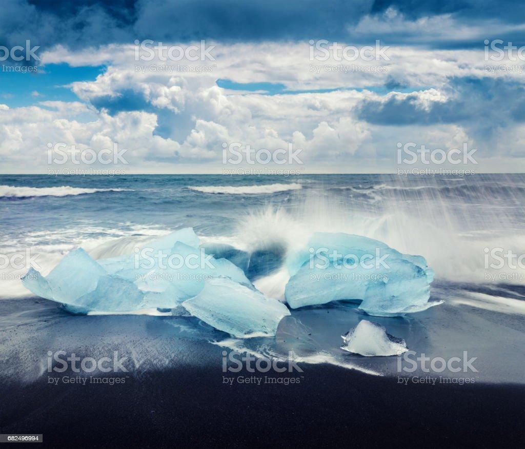 Bloques de hielo bañada por las olas en la playa de Jokulsarlon. foto de stock libre de derechos