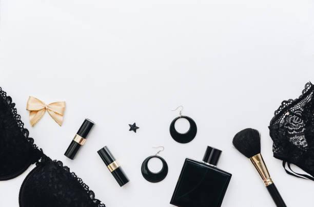 """blogger und mode-konzept. satz von glamourösen stilvolle frau accessoires und dessous auf weißem hintergrund. flach liegen sie, kopieren sie raum """"n"""" n - modeschmuck online shop stock-fotos und bilder"""