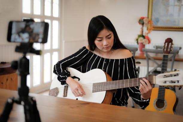 Blogger Live-Übertragung Musikinstrument Tutorial in sozialen Medien. Vlogger Aufzeichnung Online-Vlog-Video. – Foto