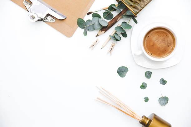 espacio de trabajo de blogger o freelance con portapapeles y café sobre fondo blanco. vista plana endecha, superior. - diseños de bodas fotografías e imágenes de stock