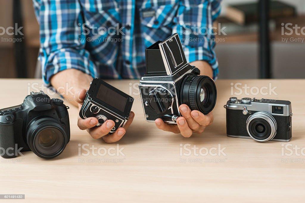 Blogger shows structure of retro film camera photo libre de droits