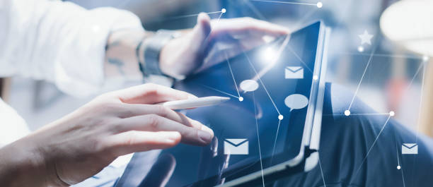 Blogger mit mobilen Touchpad für den Versand an sozialen Netzwerken Nachricht. Nahaufnahme männlicher Hände mit Stift-Stift für die Arbeit an elektronischen Tablet-Gerät. – Foto