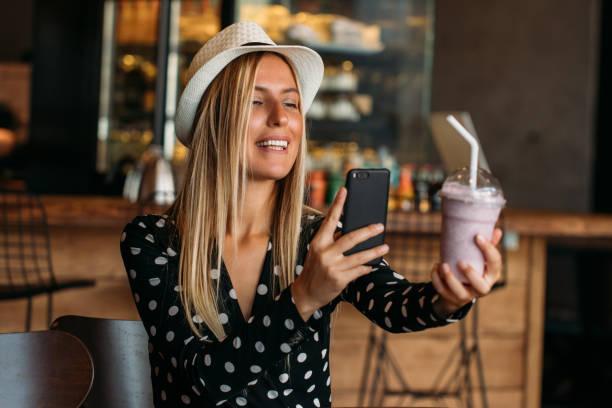 博客女性拿著奶昔照片 - influencer 個照片及圖片檔