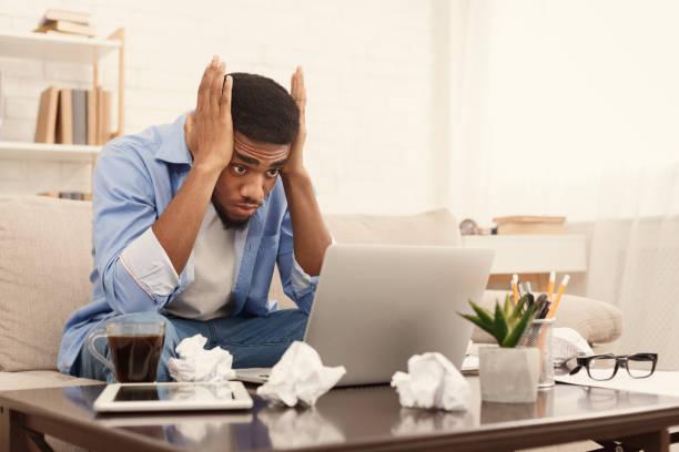 blogger schreiben post für soziales netzwerk. kreativität krise. - fehlermeldung stock-fotos und bilder