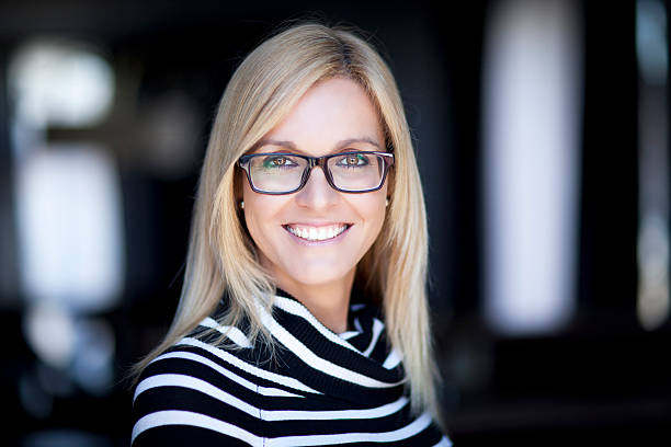 Blond Confident Woman Working At Home. With Glasses. – Foto