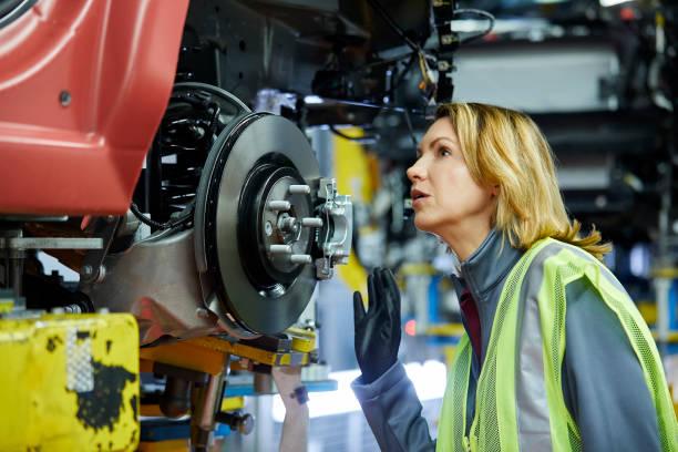 Blonden Ingenieurin Überprüfung Fahrzeug werkseitig – Foto