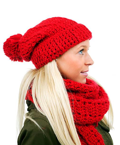 blonden frau mit roten pudel mütze und schal auf weiß - mützenschal stock-fotos und bilder