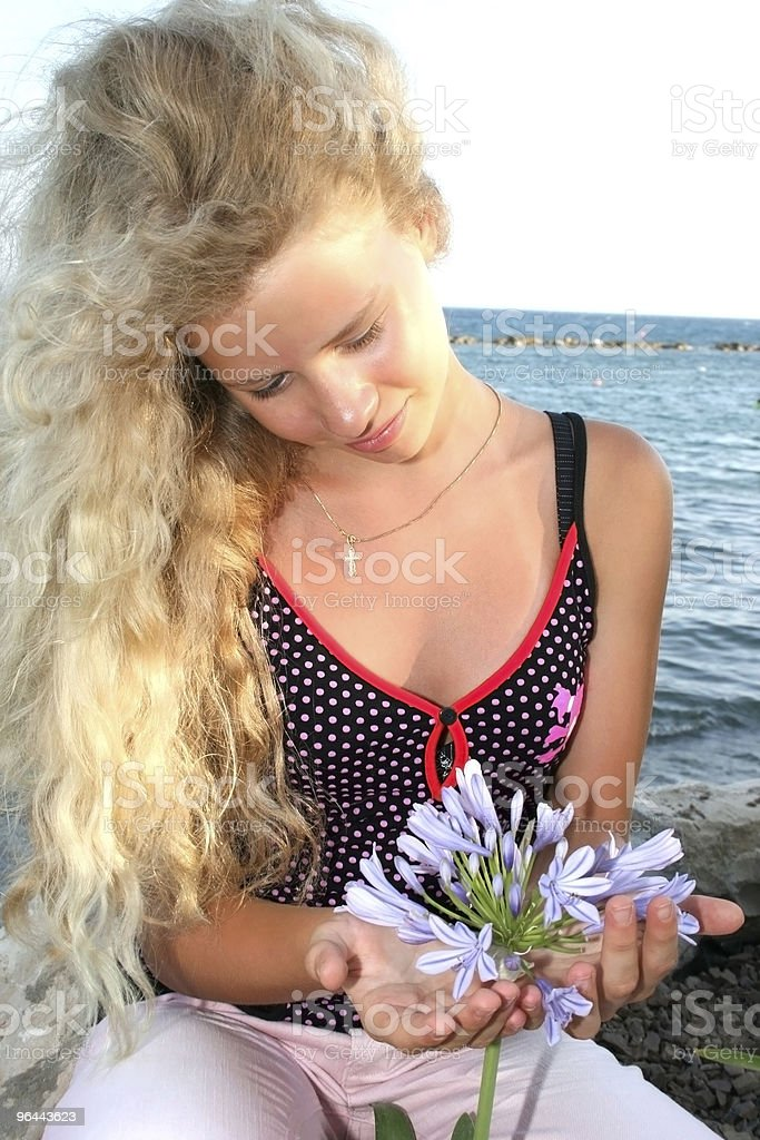Blond girl and flower - Royalty-free Alleen tieners Stockfoto