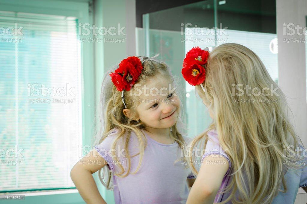 Blondes Mädchen in Spiegel – Foto