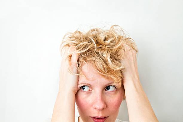 menina puxando o cabelo loiro e a olhar para a esquerda - puxar cabelos imagens e fotografias de stock