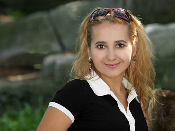 blondes mädchen lächelnd - natürliche make up kurse stock-fotos und bilder